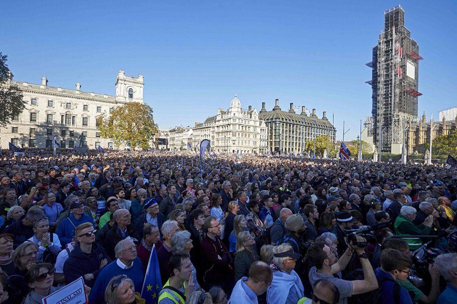 據新加坡《聯合早報》網站10月21日報道,英國與歐盟的脫歐談判再次觸礁,國內要求再次舉行脫歐公投的呼聲日益高漲。67萬民眾20日從全國各地來到首都倫敦,要求首相特雷莎·梅再次舉行公投,讓國民在脫歐問題上有最終決定權。身為在野黨工黨成員的倫敦市市長薩迪克汗也現身游行。(圖片來源:法新社)5