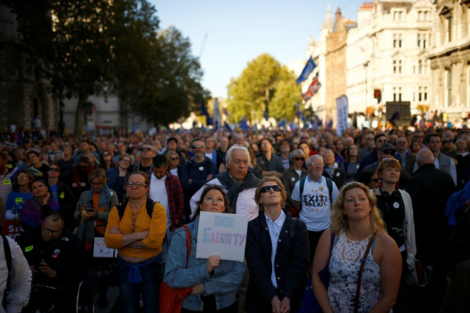 民眾要求有權就脫歐協議發聲。(圖片來源:路透社)