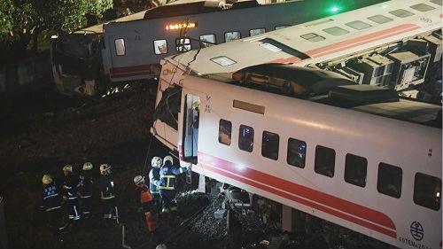 海外媒體:臺灣列車脫軌事故已致18人死亡上百人受傷