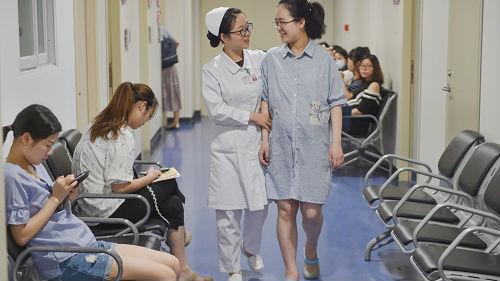 港媒称中国剖宫产率居高不下存风险:应增加生育服务人员