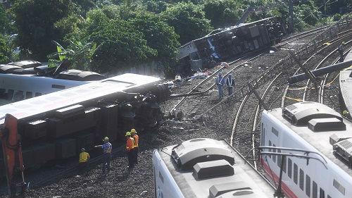 臺媒稱臺鐵列車司機疑關閉自動防護系統 致列車超速翻覆