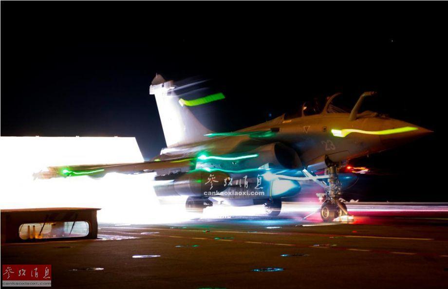 """近日,法國海軍航空兵公開了有關""""陣風""""M戰機部隊的最新作戰視頻,本圖集就此為您簡析。圖為掛載""""斯卡普""""(SCALP-EG)巡航導彈的""""陣風""""M夜間從航母彈射起飛瞬間。"""