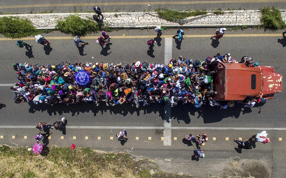 報道稱,一夜之間,大軍增加到大約5000人。他們計劃從墨西哥邊境城市伊達爾戈步行約40公里,到達該國另一座城市塔帕丘拉,并在當地落腳。(圖片來源:法新社)