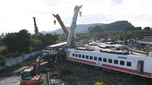 """喝喜酒返乡搭上""""死亡列车"""" 台铁事故一家8人遇难"""