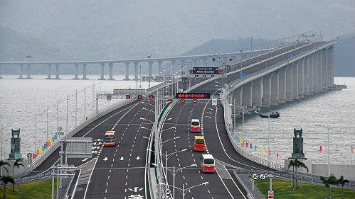 """港珠澳大桥开启大湾区新时代 通车首日旅客纷纷""""打卡"""""""