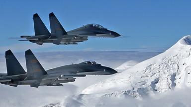 雪山飞鹰!空军战机在高原机场练起降