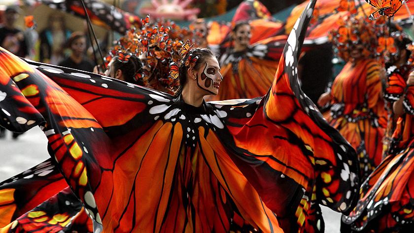 墨西哥举行亡灵节游行
