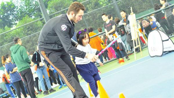 萨马兰奇网球时间热情狂欢:运动唤醒生命 网球丰盈童年