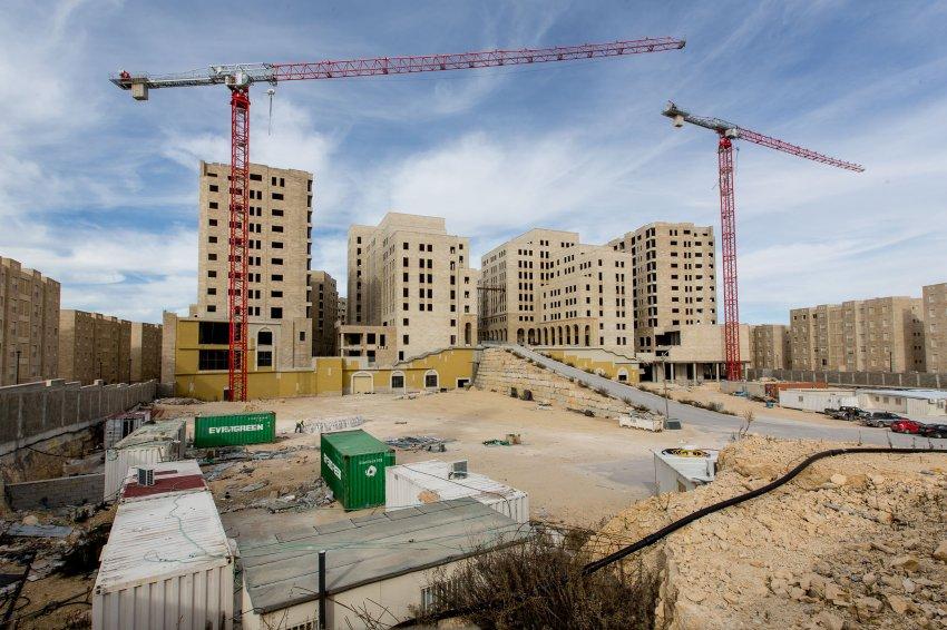 在拉姆安拉以外,正在形成一系列为巴勒斯坦上层阶级建造的卫星城市,例如拉瓦比。这些人都是努拉·哈利法的潜在客户。