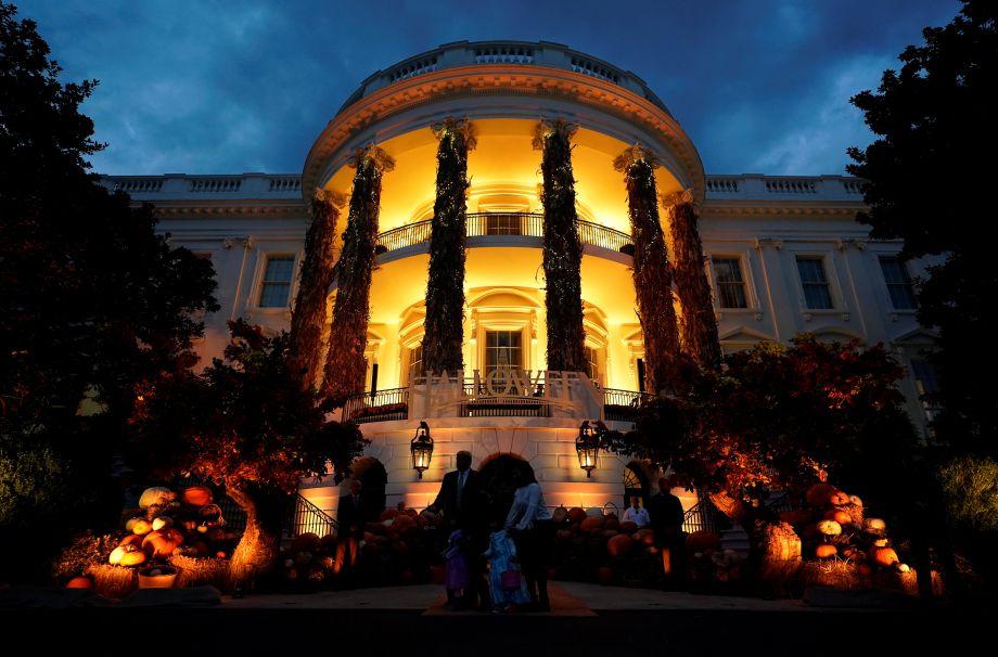 美国总统匹俦白宫办万圣节派对 特朗普与孩童逗趣