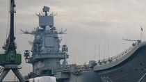 起重机砸落舰体!俄航母大修突发事故 船坞沉没多人受伤失踪