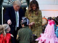 美国总统夫妇白宫办万圣节派对 特朗普与孩童逗趣