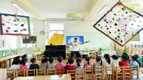 """中国""""超前教育""""泛滥?新媒关注5岁""""复二代""""简历走红"""