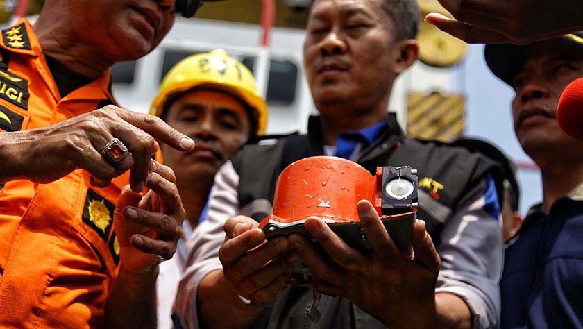 印尼打捞起失事客机首个黑匣子