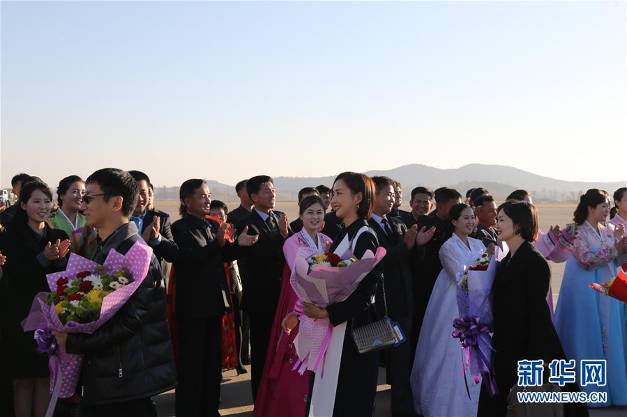中国文艺工作者代表团抵达朝鲜访问