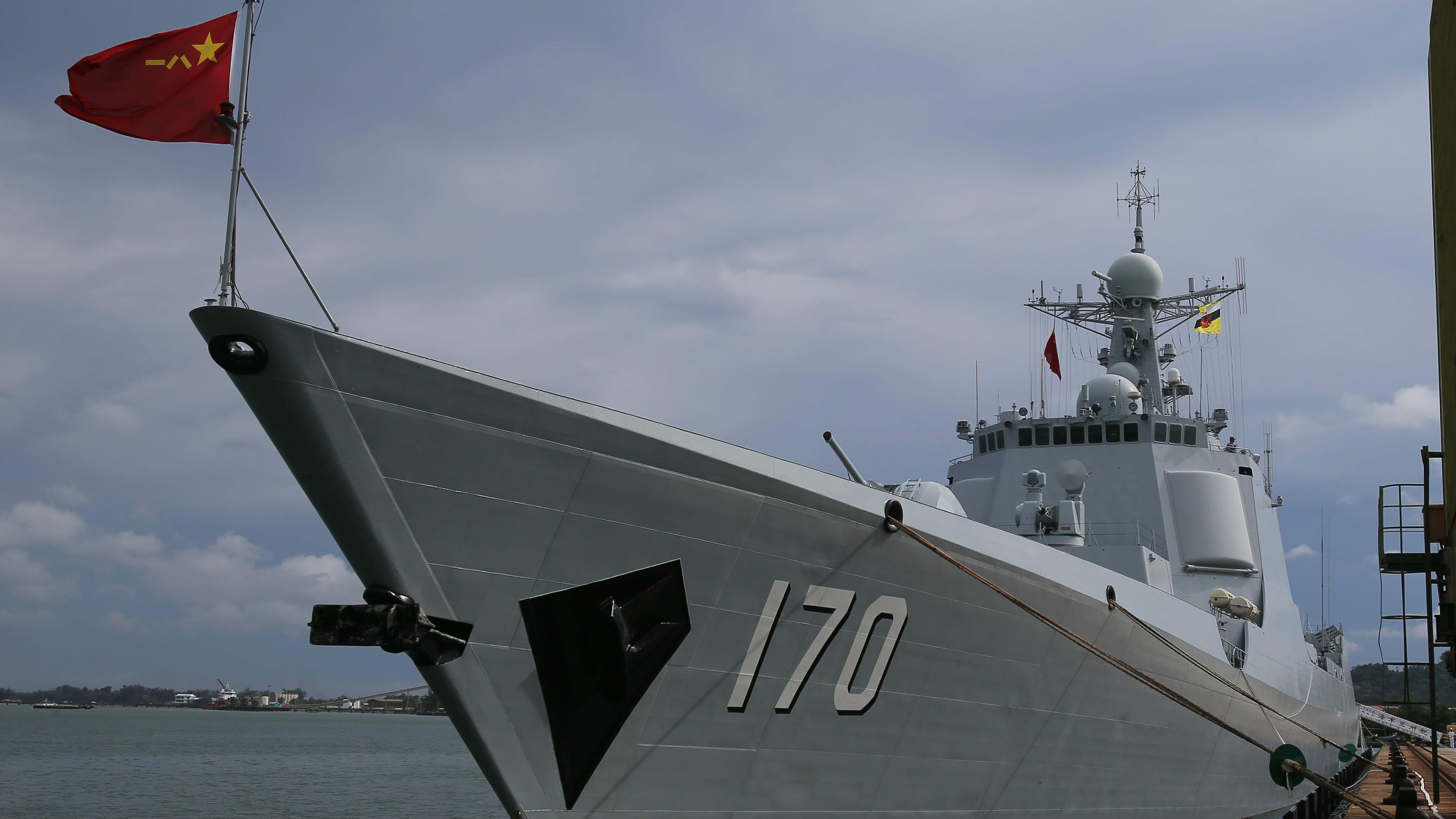 """中日军舰海上相遇""""友好打招呼"""" 港媒:两国关系全面回暖"""