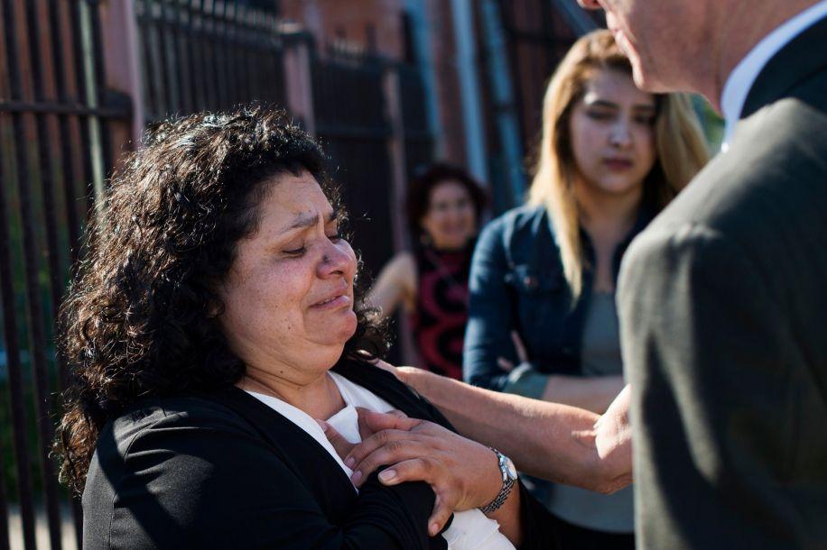 50岁的鲍蒂斯塔和52岁的查帕罗属于未登记移民,但总能找到工作。鲍蒂斯塔靠打扫房屋和教堂为生,查帕罗是建筑工人。报道称,2010年,美国移民和海关执法局的官员扣押了鲍蒂斯塔。被关押23天后,律师才与执法局达成协议:如果她的丈夫同意被驱逐出境,她就可以继续留在美国照顾孩子。图为驱逐令得到确认后,鲍蒂斯塔站在美国移民和海关执法局位于底特律的办公室门外。丈夫被驱逐后,她获准继续留在美国照顾孩子。