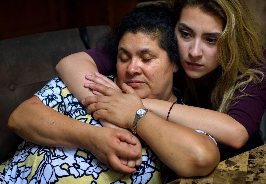 """据美国《纽约时报》网站11月1日报道,一段时间以来,可能被驱逐出境的命运给洛尔德斯·萨拉查·鲍蒂斯塔的生活蒙上一层阴影。1997年,她离开墨西哥前往丹佛与丈夫路易斯·昆塔纳·查帕罗会合。四年后,他们在密歇根州的安阿伯买房,并在那里养大了三个孩子:14岁的布莱恩,16岁的洛尔德斯(""""露易丝"""")和20岁的帕梅拉。图为被驱逐的前一天,在与女儿帕梅拉·昆塔纳·萨拉查及朋友、家人和活动负责人的会晤中,洛尔德斯·萨拉查·鲍蒂斯塔遭驱逐的消息得到确认。14"""