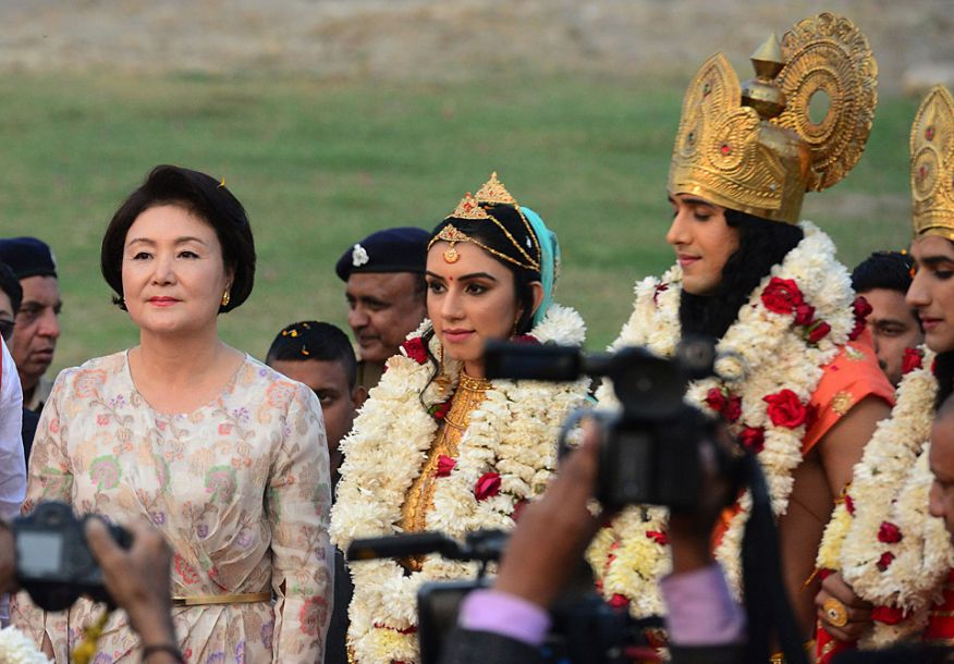 金正淑对莫迪邀请她访问印度表示了感谢。她说,2000年前伽倻国金首露王和许王后的爱情给韩印两国造就了特别的缘分,如今两国关系发展成为良好的伙伴关系。(图片来源:法新社)