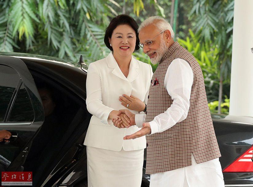 参考消息网11月7日报道 外媒称,印度总理莫迪5日在新德里会见了正在印度访问的韩国总统文在寅夫人金正淑,双方就发展两国关系的方案进行了讨论。(图片来源:视觉中国)32