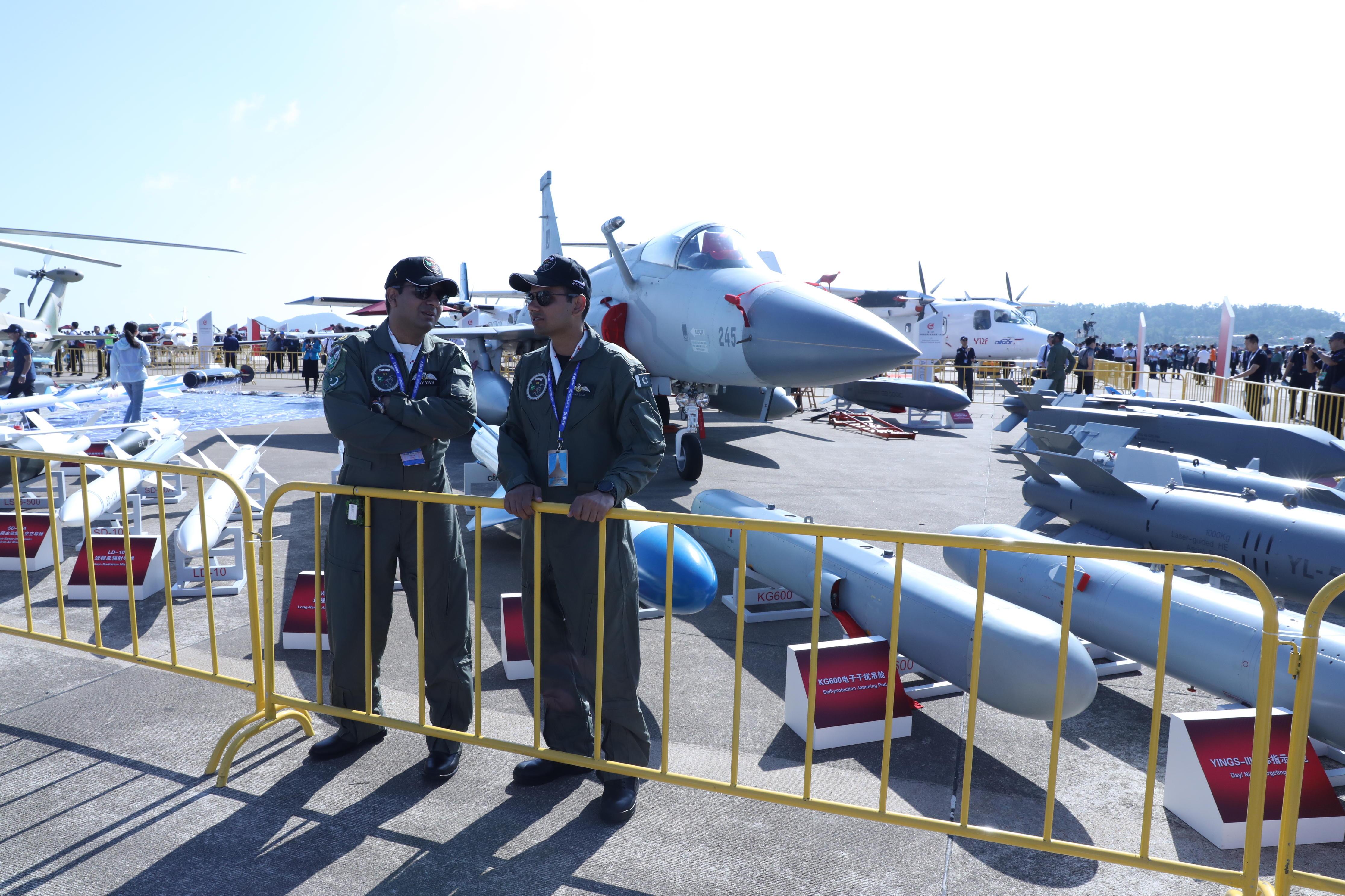 """巴军盛赞""""枭龙""""可抗衡印度任何战机 称中国飞行员最棒"""