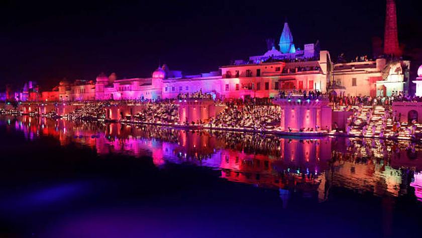 印度一城市点亮30万盏陶制油灯 创吉尼斯世界纪录