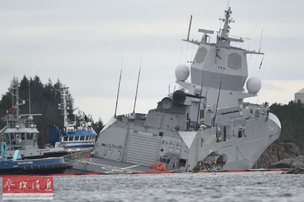 """在拖轮护送下驶往浅水区的挪威海军""""海里格·英格斯塔德""""号护卫舰"""