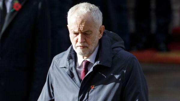 """英工党领袖衣着""""邋遢""""参加一战纪念活动 被批""""像去钓鱼"""""""