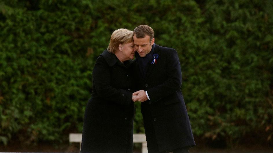 尴尬!默克尔被错认马克龙夫人 急解释自己是德国总理