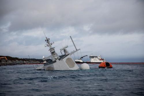 救援过程中钢缆突然断裂 挪威被撞护卫舰沉没
