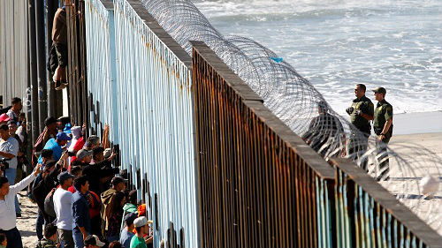 外媒:中美洲移民抵近美墨边境 美军严阵以待