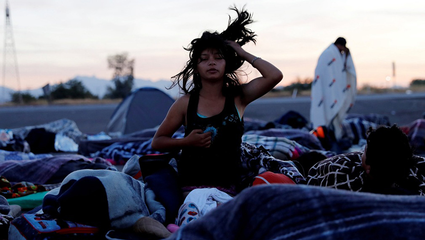 首批大篷车移民抵达美墨边境 庇护所生活苦中作乐