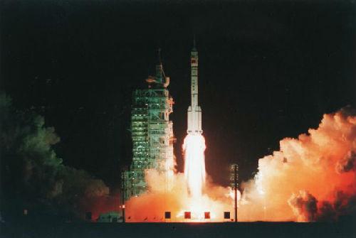 """1999年11月20日,中国第一艘载人航天实验飞船""""神舟""""号在酒泉卫星发射中心发射升空。"""