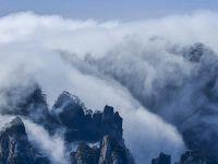 """黃山现""""瀑布流云""""壮美景观"""
