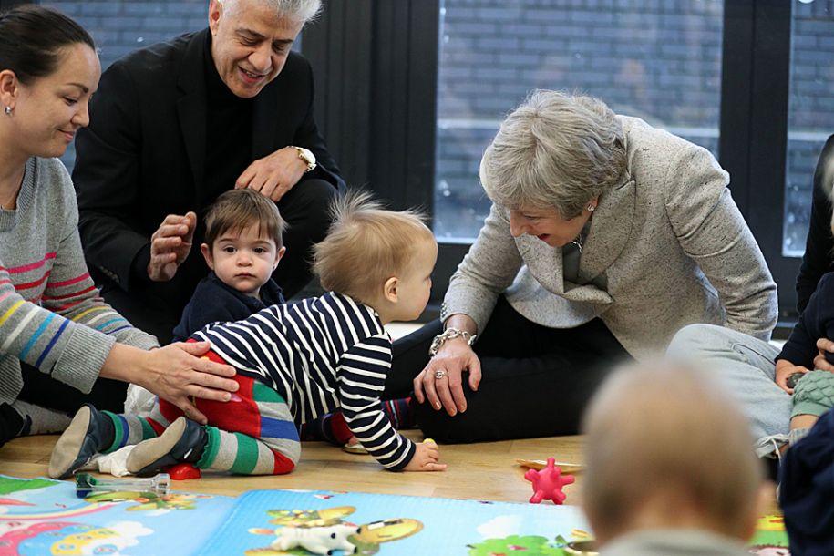 英国首相特雷莎·梅走访保健中心 与萌娃亲切互动