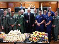 """特朗普向海岸警卫队送感恩节祝福 为士兵""""点赞"""""""