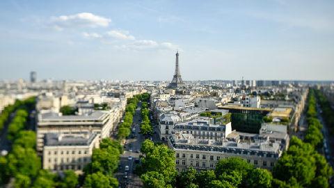 """""""黄背心""""运动令巴黎陷入混乱:示威者肆意破坏 马克龙痛斥可耻"""