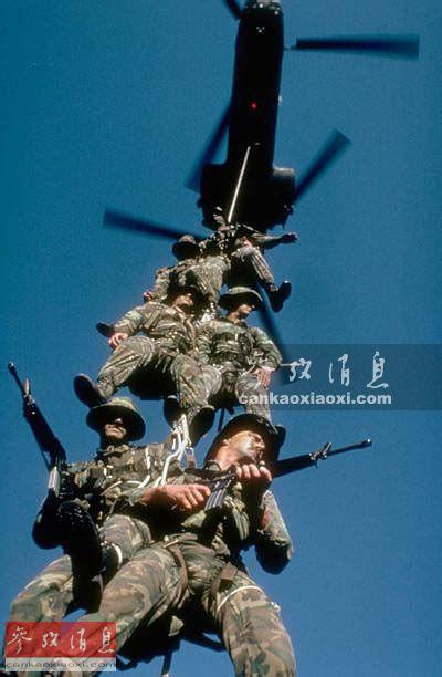 """提起空中撤离, 美军自越战时期开始,通常使用""""特种巡逻介入撤离""""(SPIE)吊带,主要是在无法确保着陆场的情况下,直升机利用机载绞盘或吊车从战区或敌后快速撤离特战队员。图为美军特战队员利用SPIE吊带进行撤离演练。41"""