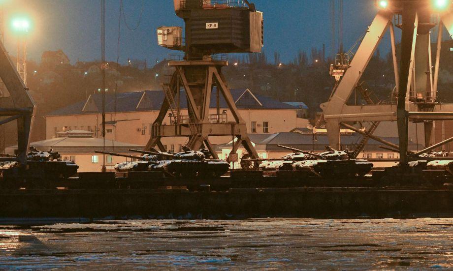 12月2日,乌克兰马里乌波尔,马里乌波尔海港出现大量坦克。(图片来源:法新社)35