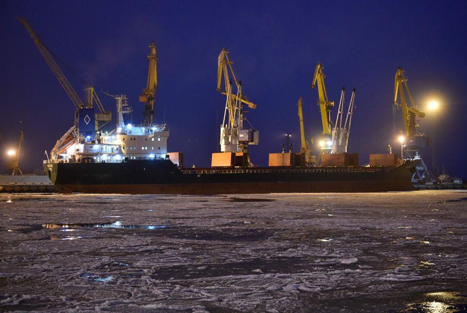 11月25日乌海军舰只试图经刻赤海峡进入亚速海的乌港口马里乌波尔,被俄方扣留。(图片来源:法新社)