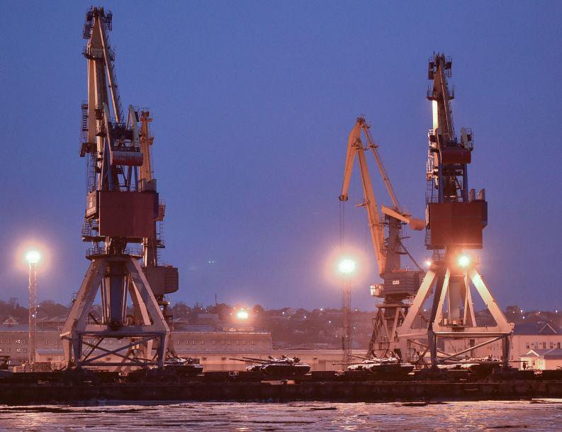 """乌方认为,俄方对乌舰只动武是""""公开的侵略行为""""。图为马里乌波尔海港出现大量坦克。(图片来源:法新社)"""
