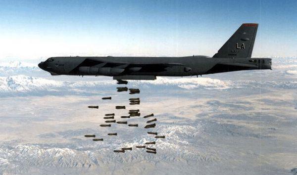 图为美轰炸机对阿富汗武装分子实施空袭