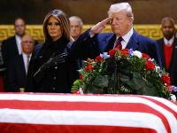 美国总统特朗普夫妇瞻仰老布什灵柩
