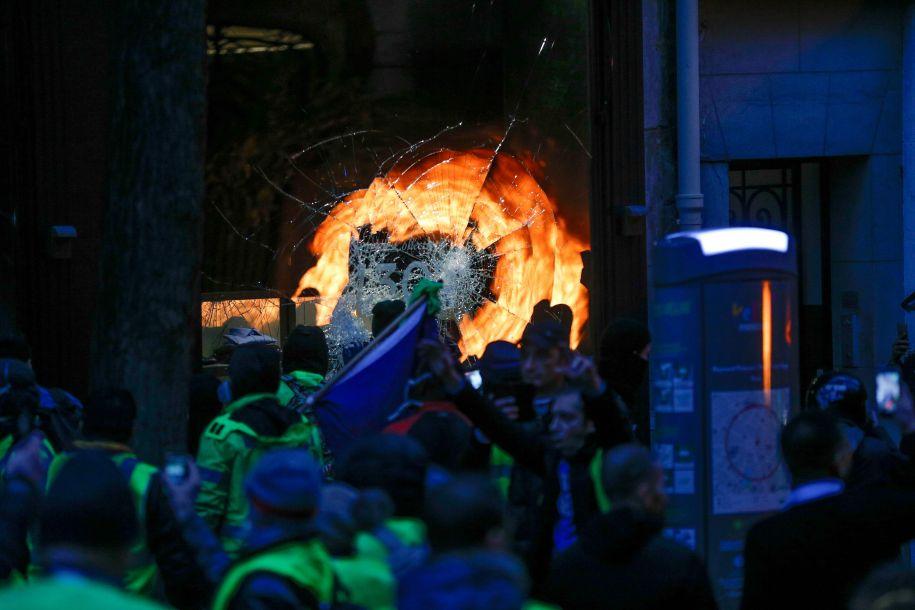 巴黎遭遇十年来最严峻骚乱 朴素品市肆银行被猖獗打砸