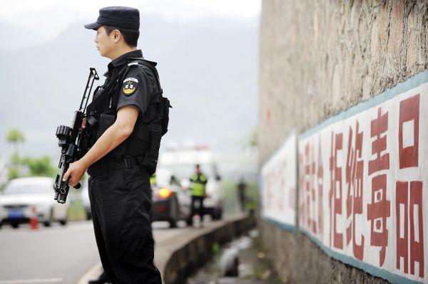 2017年6月,一名缉毒警务人员在对车辆进行常态毒品查缉检查。(shijuehzongguo)