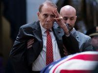 昔日战友兼政敌 95岁二战老兵向老布什遗体致敬