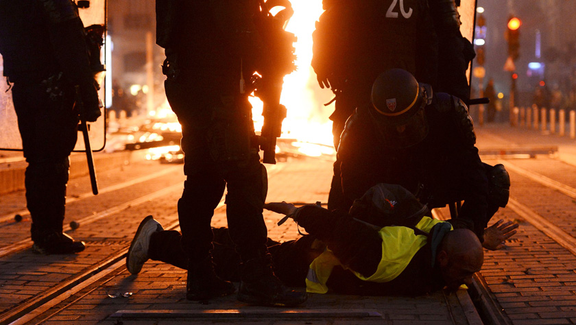 """法国""""黄背心""""第四波抗议:巴黎""""封城"""" 警方再射催泪弹"""