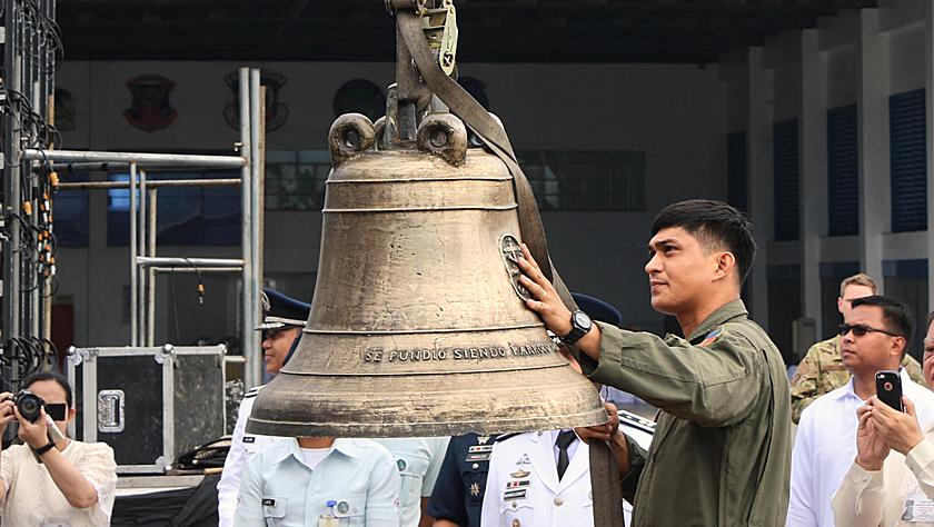 美国正式归还菲律宾三口大钟