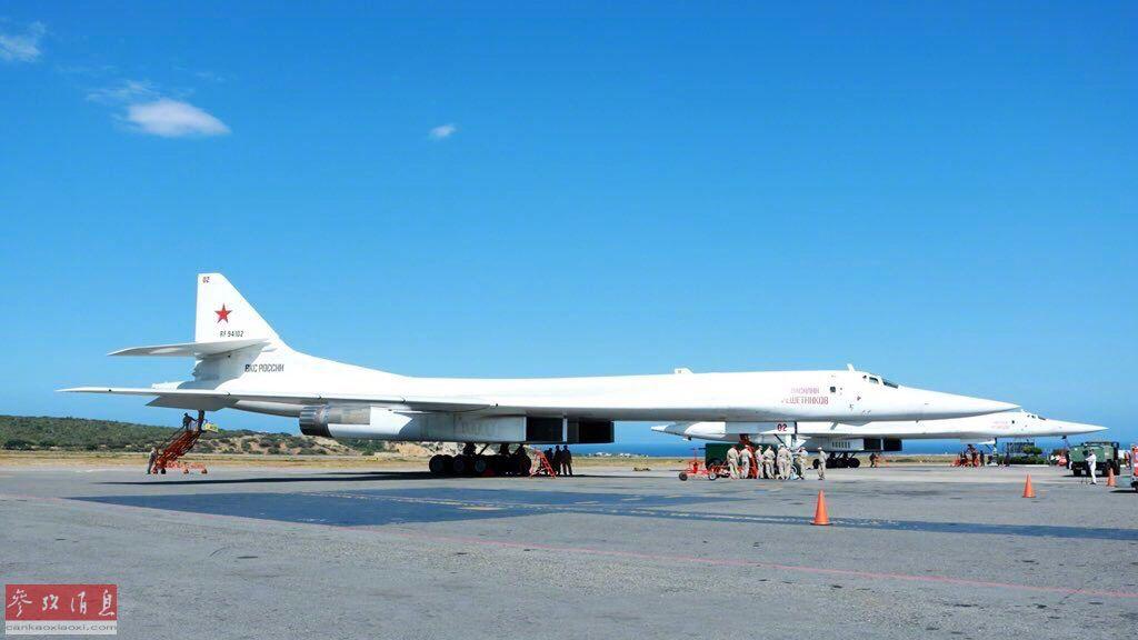 """12月10日,俄罗斯空天军2架图-160战略轰炸机、1架安-124运输机及1架伊尔-62组成的联合编队,飞抵委内瑞拉的西蒙玻利瓦尔国际机场。在美俄关系紧张时期,俄军派遣2架战略轰炸机飞抵""""美国后院"""",示威意味十分明显。2"""