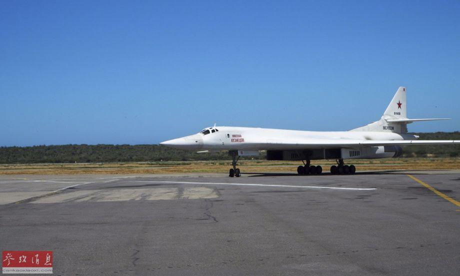 图-160轰炸机着陆后,直接滑入停机位。